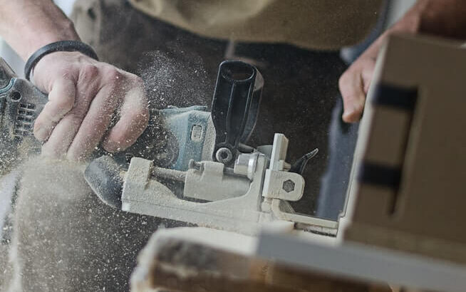 Håndværker der saver