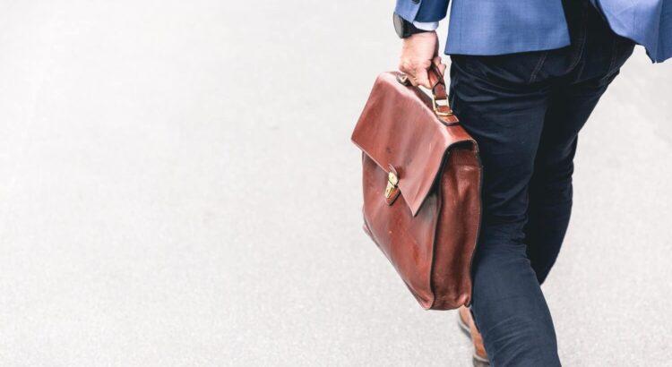 Mand på vej til arbejde